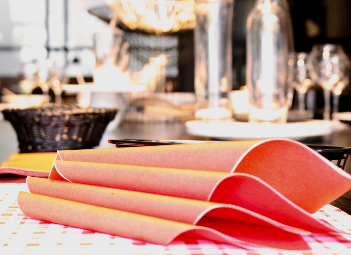 Serviette rouge non tissé 40x39 cm Basik Soft Guest Of (50 pièces)